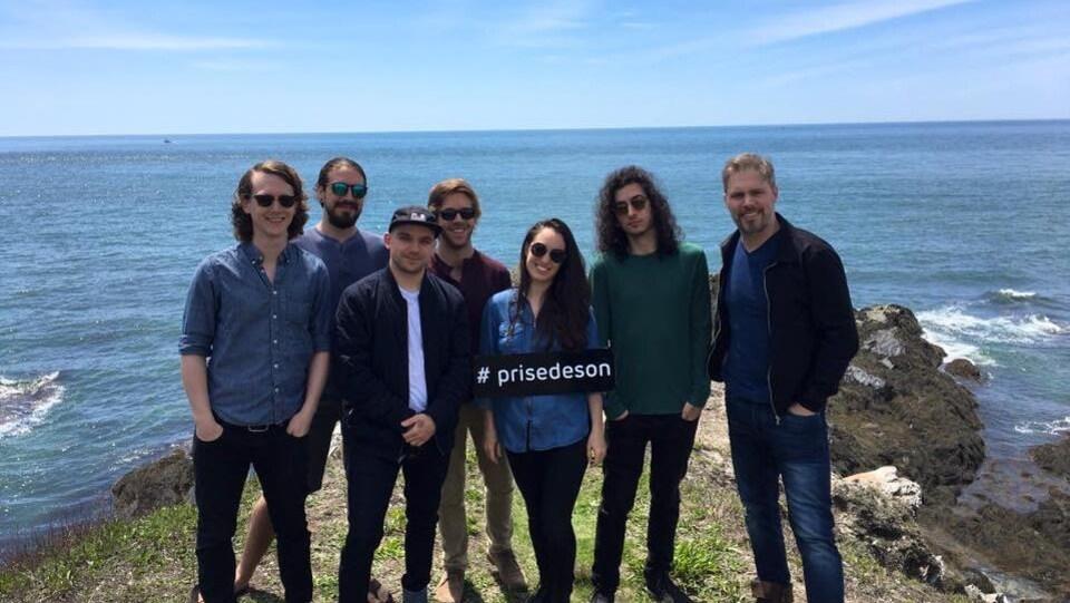 Éric Dow, Guyaume Bouliane, Shawn Jobin, Jacques Blinn, Rayannah, Jacques Boudreau et Jean-François Breau devant l'océan à la Baie Ste-Marie.