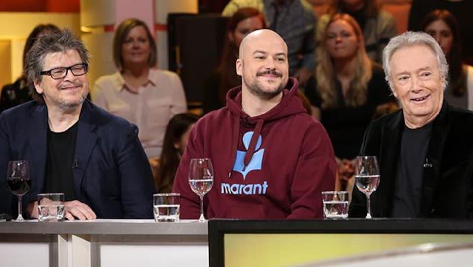 Trois hommes sont à la table de l'émission « Tout le monde en parle ».