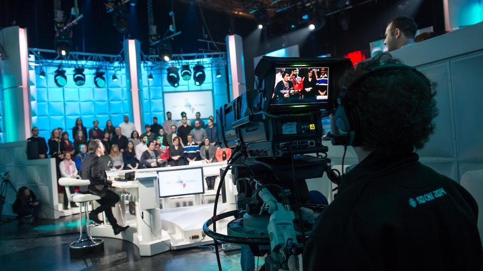 Vue du plateau de l'émission Tout le monde en enregistrement à partir des coulisses.