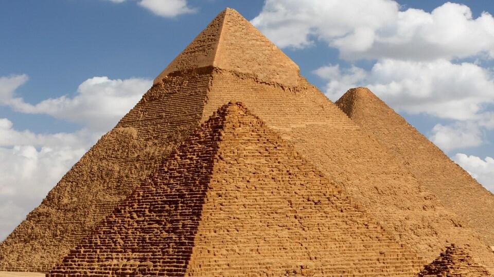 Pendant 45 siècles, de nombreux aventuriers ont cherché à percer les mystères des pyramides