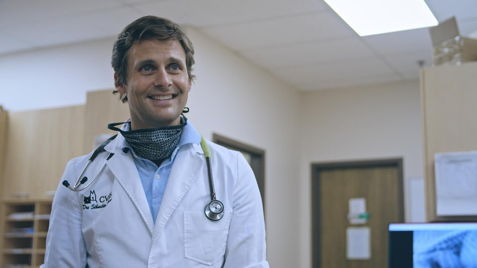 Un spécialiste dans une clinique vétérinaire.