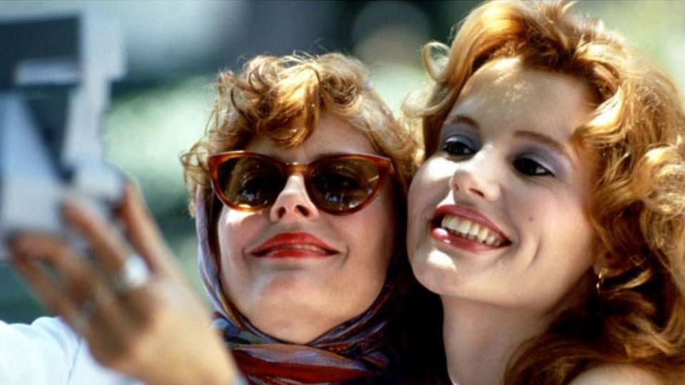 Deux femmes (Susan Sarandon et Geena Davis), l'une contre l'autre, souriant.