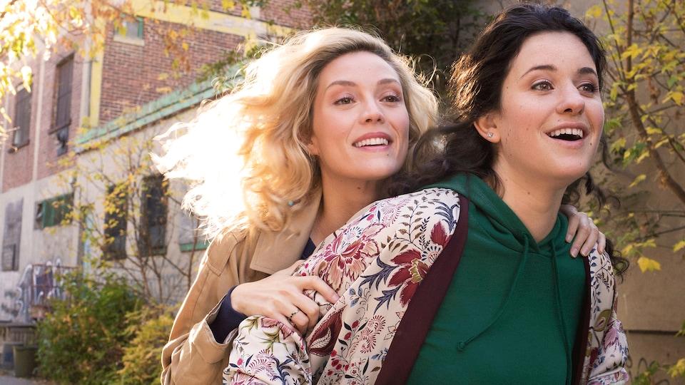 Les deux filles sourient en regardant devant elles, Anaïs devant Isabelle.