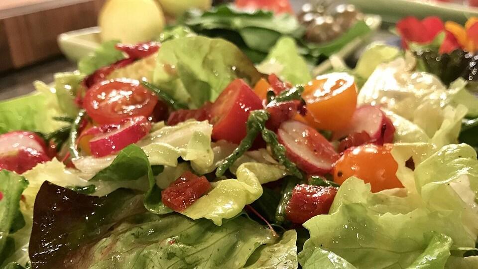 Une salade avec des tomates et de la vinaigrette
