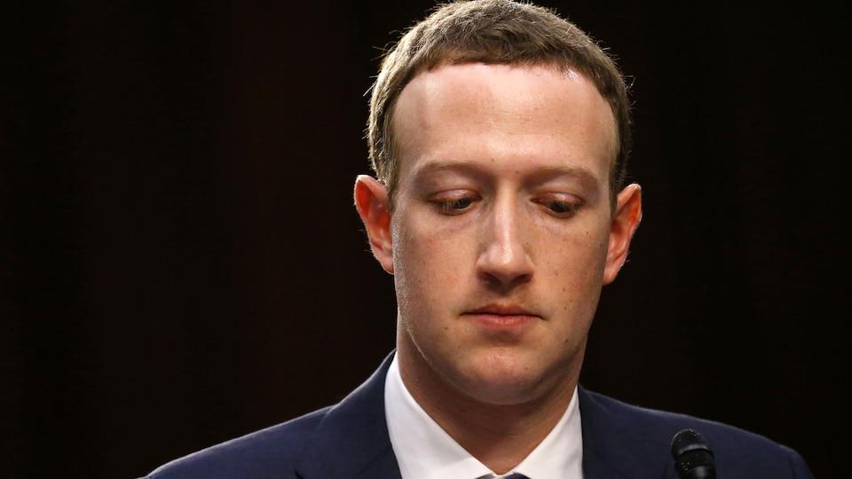 Le PDG de Facebook, Mark Zuckerberg, lors de son témoignage au Sénat sur l'utilisation et la protection des données des utilisateurs.  Washington, États-Unis, le 10 avril 2018. REUTERS / Leah Millis - HP1EE4A1SCS7O