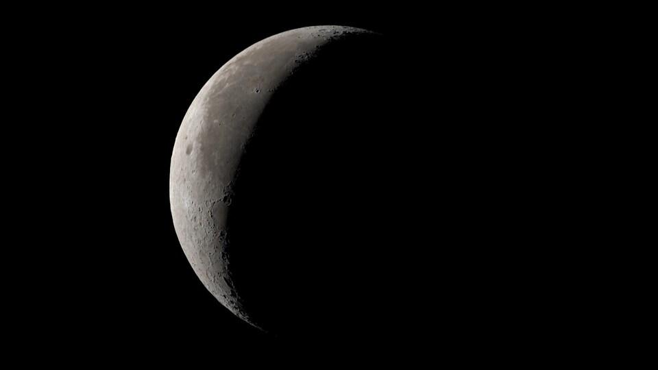 Un croissant de Lune vu au télescope.