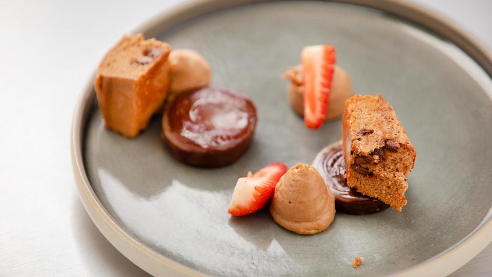 Gâteau quatre-quarts au cacao, Crème pâtissière au chocolat au lait, Ganache au chocolat noir, décoré de fraises.