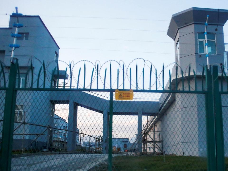 Une clôture de périmètre est construite autour de ce qui est officiellement connu comme un centre de formation professionnelle à Dabancheng, dans la région autonome ouïgoure du Xinjiang, en Chine, le 4 septembre 2018. Ce centre, situé entre la capitale régionale d'Urumqi et le site touristique de Turpan, fait partie des plus grands et était en cours d'agrandissement au moment où la photo a été prise. La police de Dabancheng avait alors arrêté deux journalistes de Reuters.