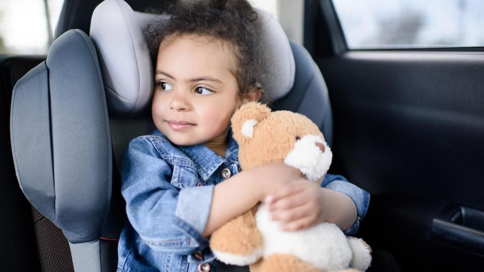 Elle tient son ours en peluche