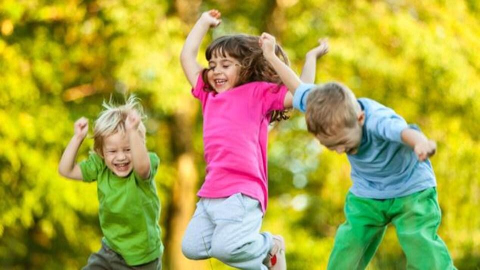 Trois enfants qui sautent en l'air