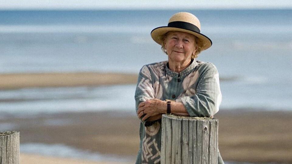 L'auteure Antonine Maillet sur le bord de la plage.