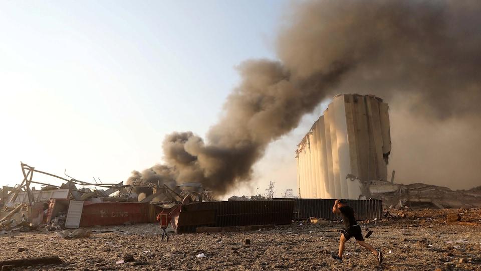 Une fumée brunâtre se dégage du port de Beyrouth.