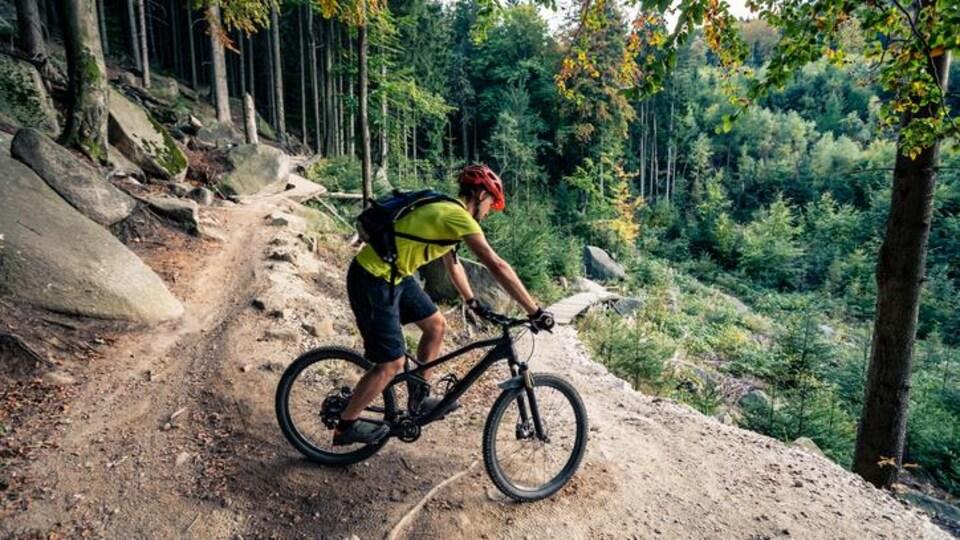Un homme sur un vélo de montagne.