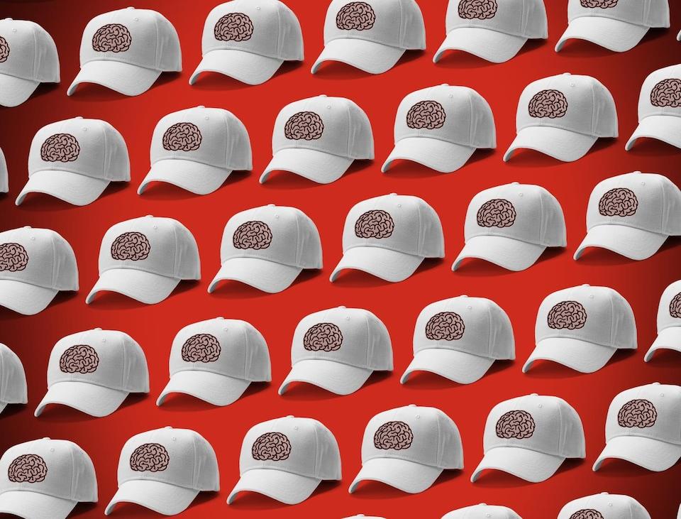 Une série de casquettes blanches arborant toutes le logo de la même image.