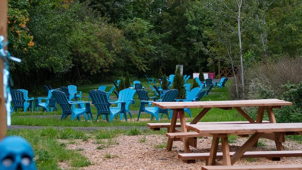 Des chaises de type Adirondack et des tables à pique-niques.