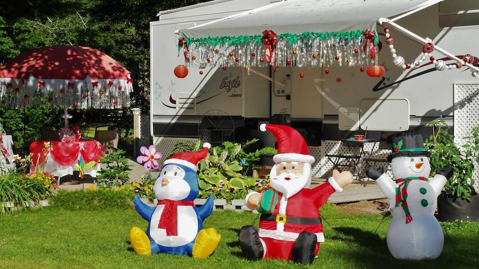Un terrain de camping décoré pour le Noël des campeurs.