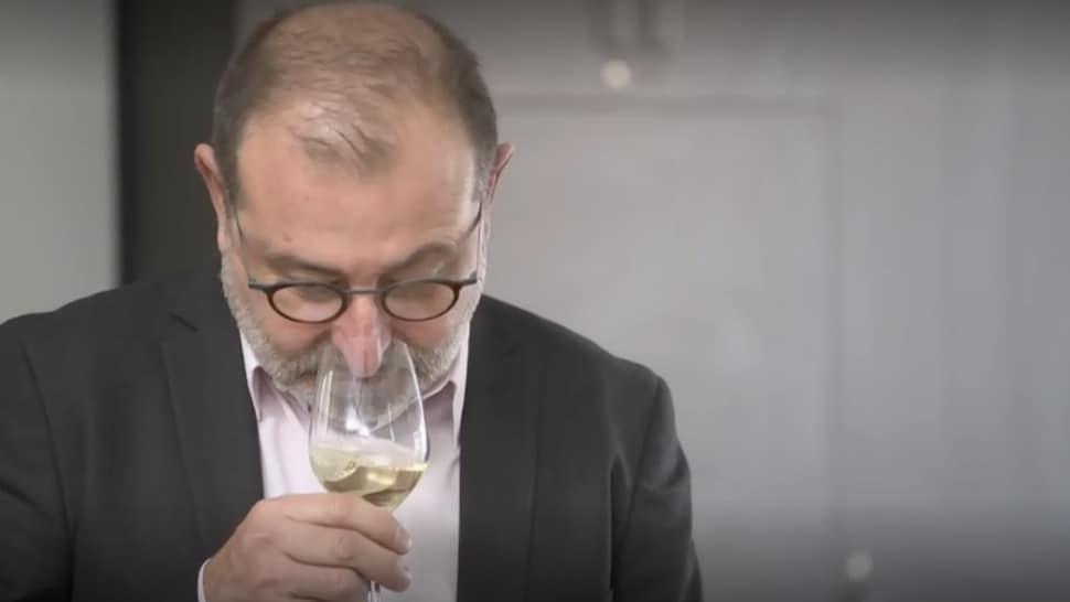 Pascal Patron analyse un vin blanc grâce à son nez.