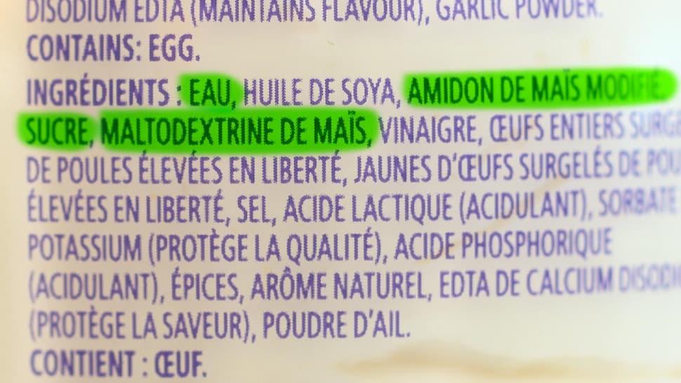 La liste d'ingrédients d'une mayonnaise du commerce contenant plusieurs additifs.