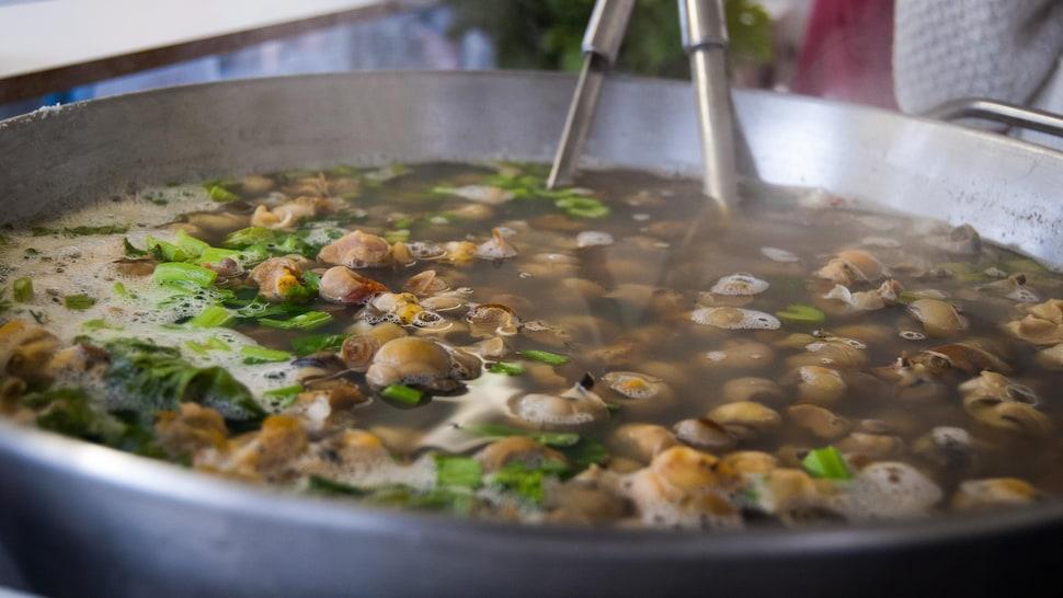 Casserole de caricoles cuisant dans un bouillon.
