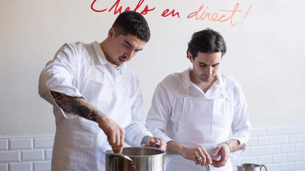 Deux chefs en train de cuisiner.