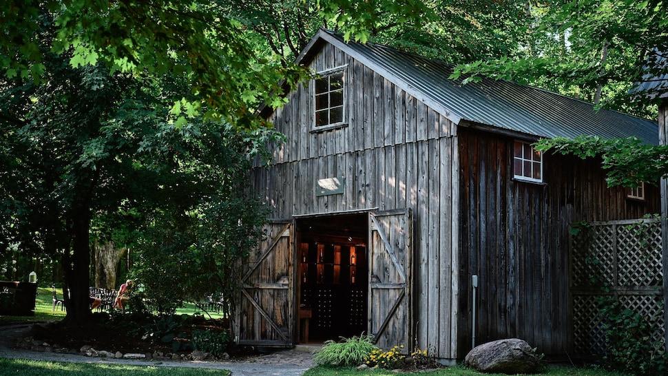 Un bâtiment en bois et en toit pointu de tôle sert de boutique au vignoble.