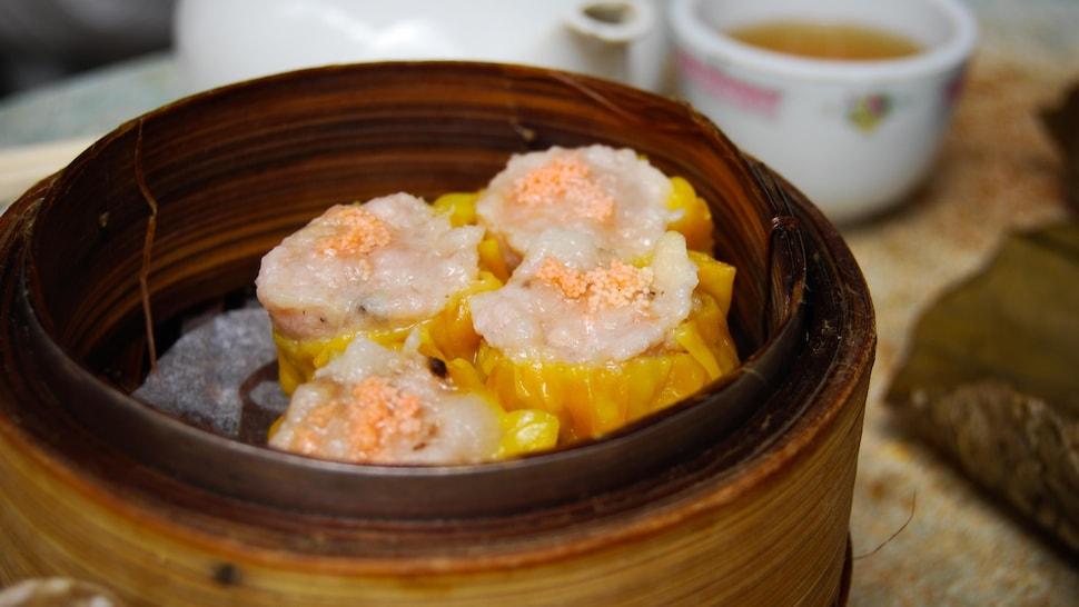 Plat de bambou avec des dumplings.