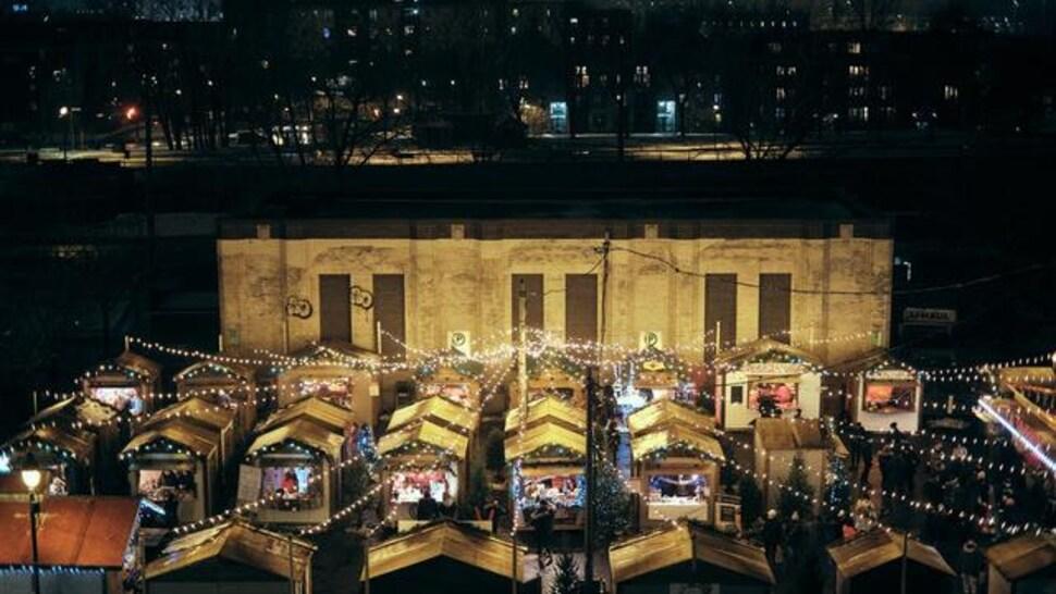 Vue en plongée des kiosques du Village de Noël au marché Atwater.
