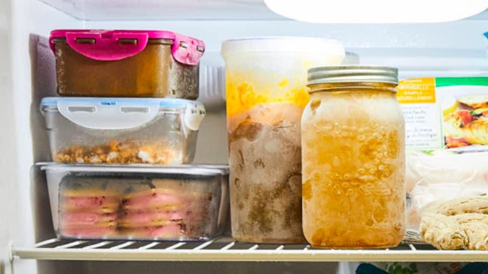 L'intérieur d'un congélateur, rempli de contenants de plats préparés.