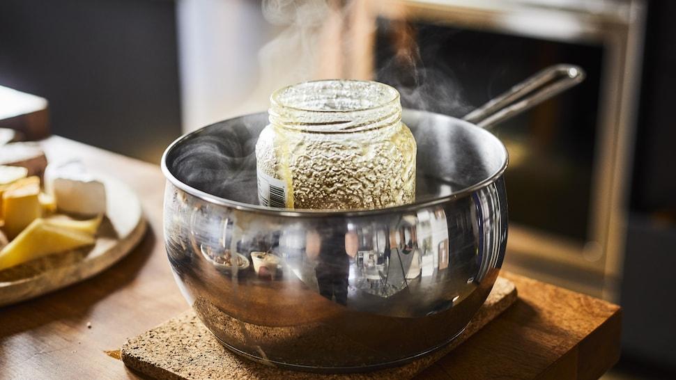 Pot de miel dans une casserole d'eau bouillante.