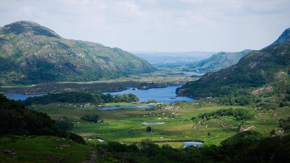 Paysage de montagnes vertes et cours d'eau en Irlande.