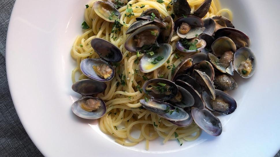 Assiette de spaghettis avec des palourdes.