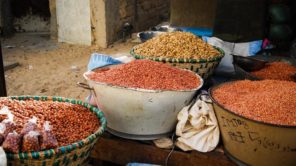 Paniers remplis de produits vendus dans es marchés Sénégalais.