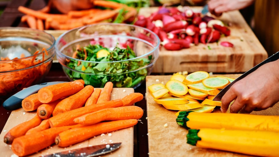 Carottes, zucchinis et radis tranchés.