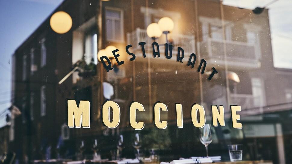 Vitrine du restaurant Moccione à Montéal.