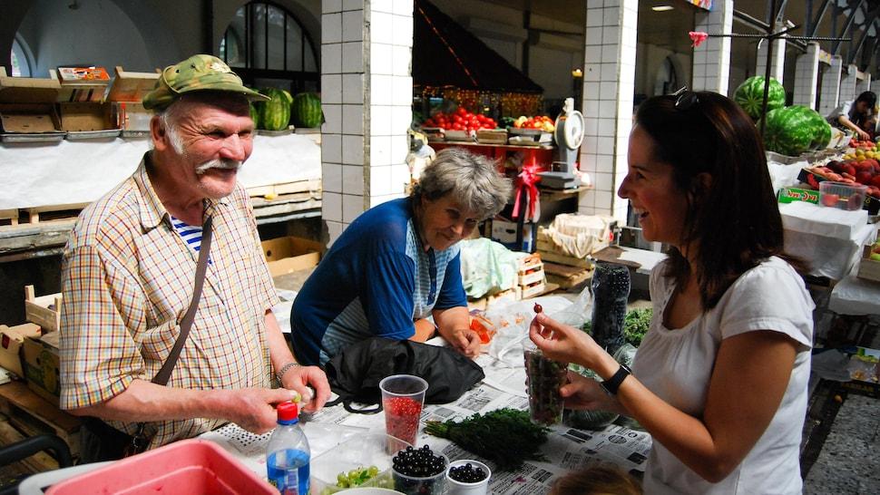 Geneviève O'Gleman qui achète des petits fruits dans un marché de Saint-Pétersbourg.