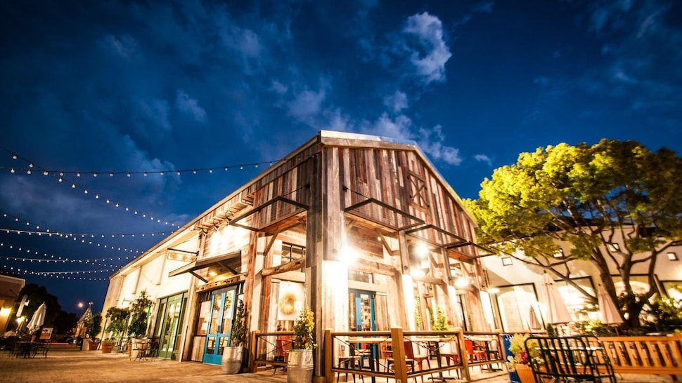 Le restaurant est fait de planches de bois. Le toit pointu est un rappel à la structure traditionnelle d'une ferme.