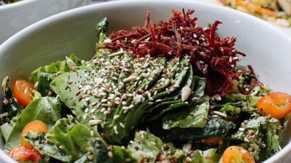 Dans un bol, on a mis  une salade mélangée, des tomates coupées en deux et des betteraves râpée.