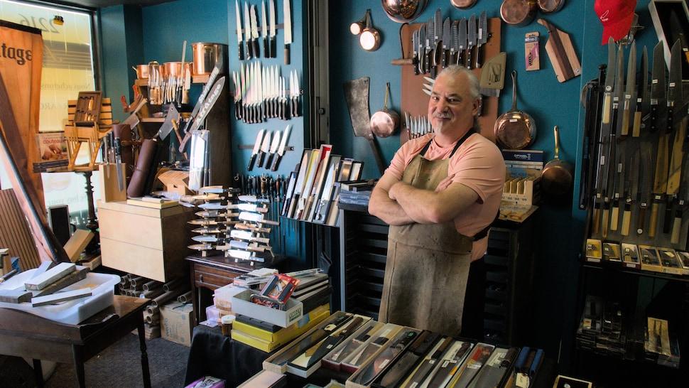 Sandro Vecchio dans sa boutique.