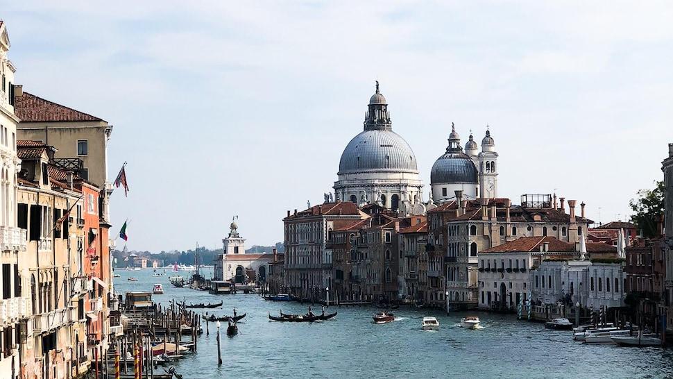 Vue des canaux de Venise en Italie.