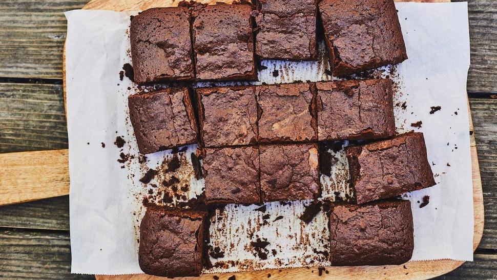 Des brownies sur une planche en bois.