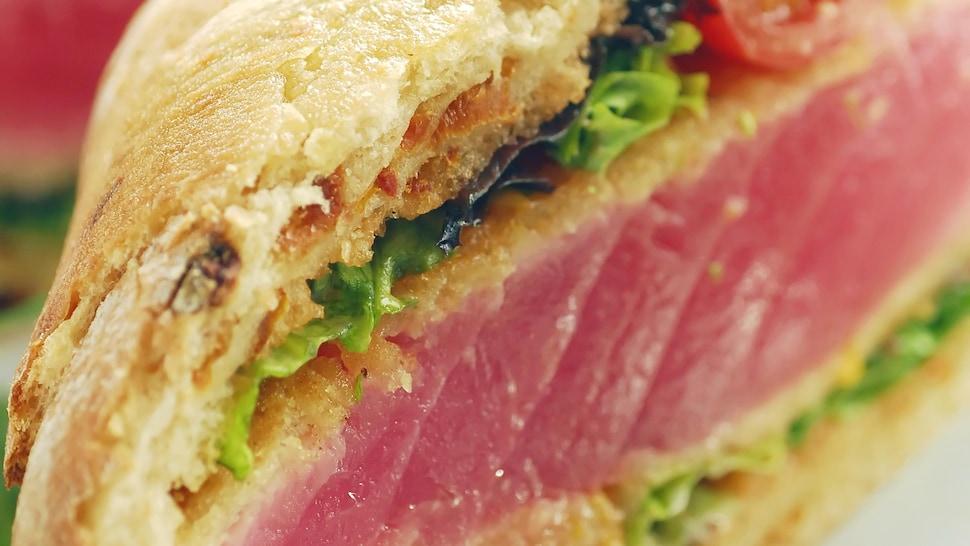 Zoom sur un burger de thon rouge.