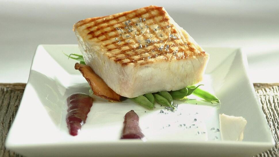 Espadon, sauce hollandaise aux bleuets dans une assiette.