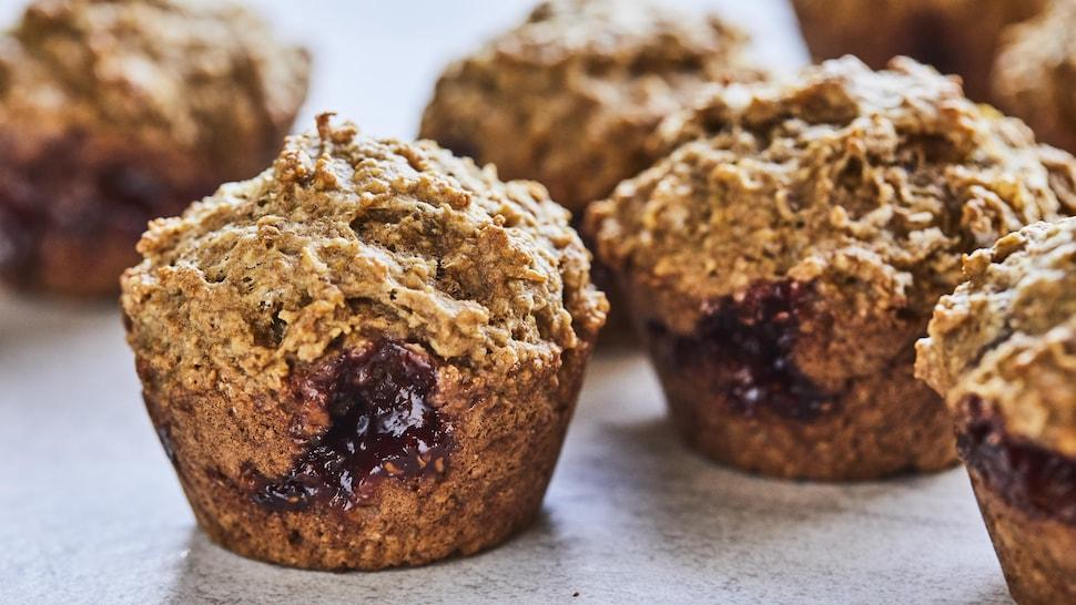 Quelques muffins surprises à l'avoine avec un cœur chocolaté et fruité.