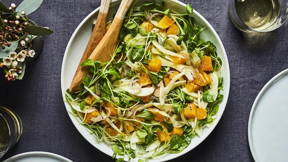 Bol de salade de fenouil avec des morceaux d'orange.