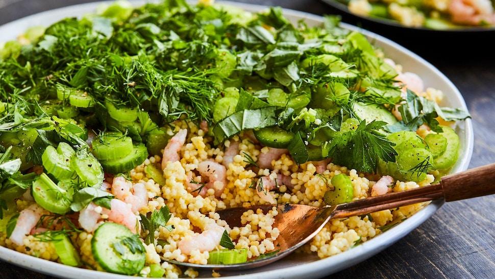 Salade de perles de maïs aux crevettes nordiques dans une assiette.
