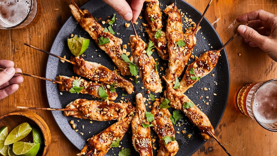 Satay au poulet dans une assiette.