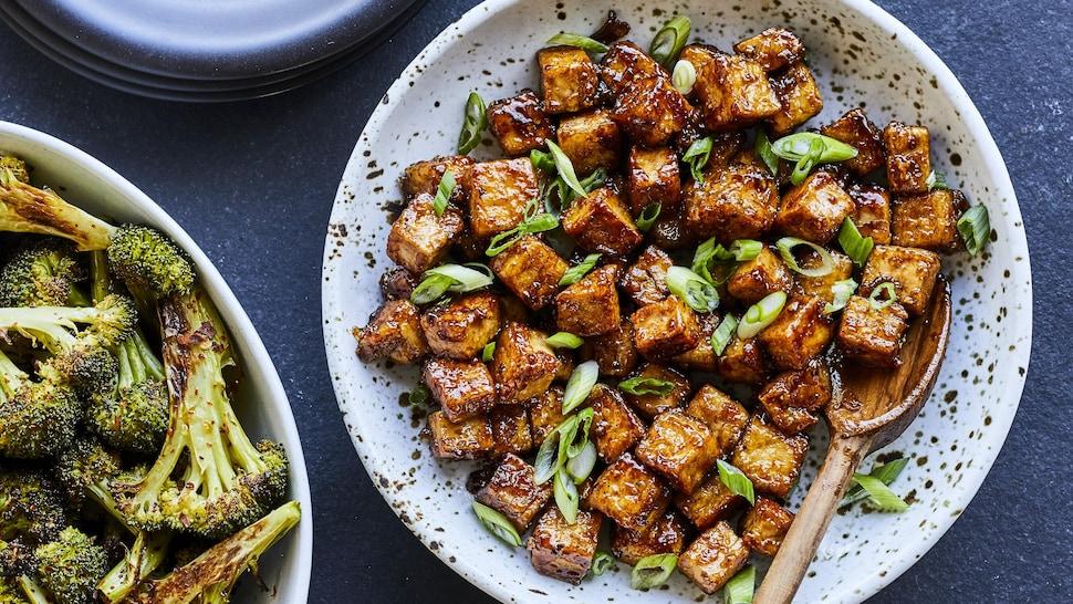 Tofu caramélisé à l'érable dans une assiette.