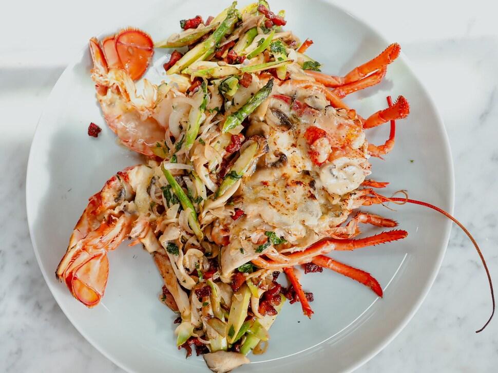 Un plat d'homard thermidor tout garni.
