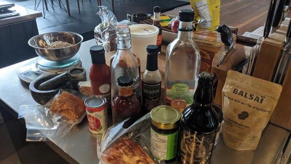 Des produits québécois sur une table.