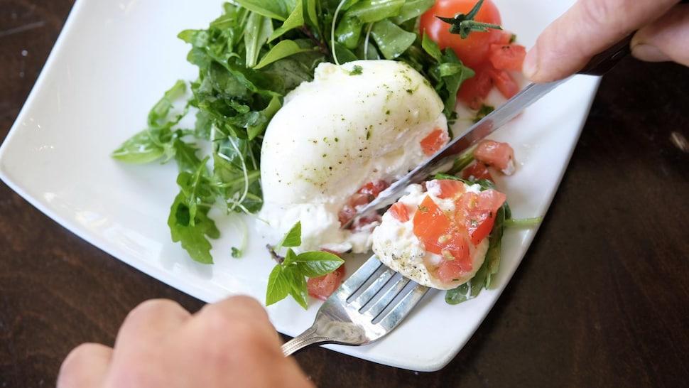 Morena offre la burrata en formule menu du jour selon la disponibilité du produit.